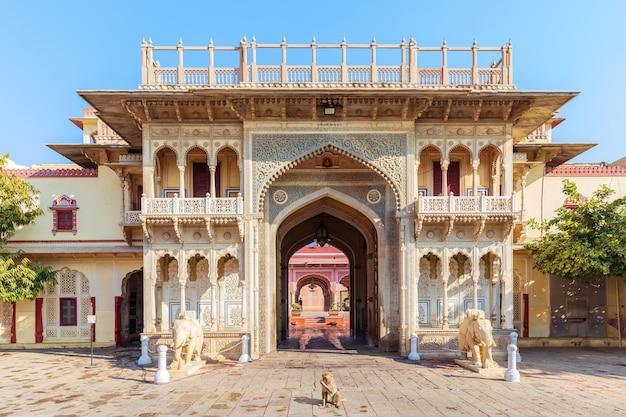 Indie, city palace of jaipur, widok na bramę i małpę.