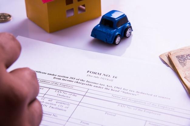 Indie i koncepcja rachunkowości przedstawiająca księgowego pracującego nad formularzami podatku dochodowego z banknotami, kalkulatorem oraz domem i samochodem modele 3d 3