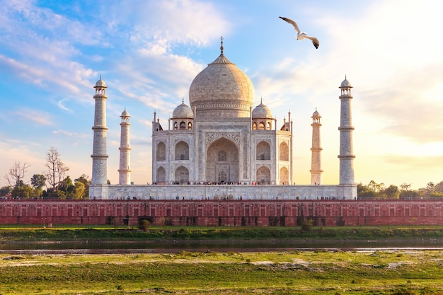 Indie, kompleks taj mahal, piękny widok na dzień.
