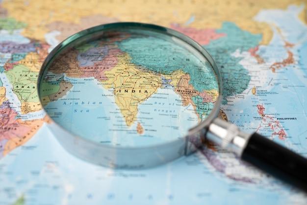 Indie, szkło powiększające z bliska z kolorową mapę świata.