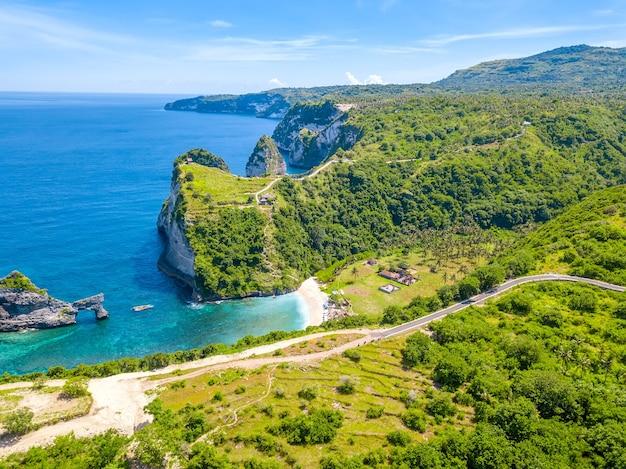 Indonezja. skaliste wybrzeże tropikalnej wyspy penida i niewielka plaża. widok z lotu ptaka