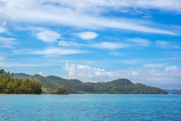 Indonezja. słoneczne wyspy tropikalne. chmury na niebieskim niebie