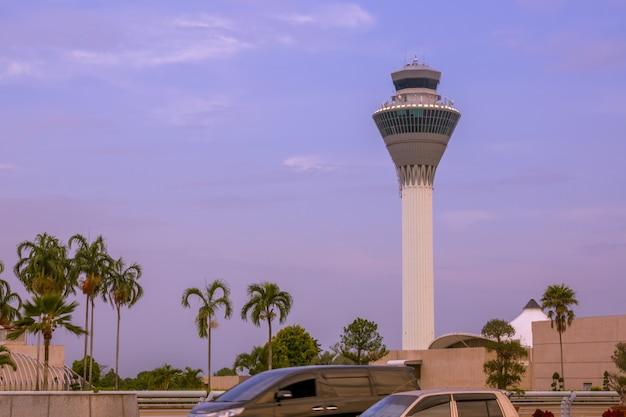 Indonezja. wyspa bali. tropikalny wieczór. wieża kontroli lotniska