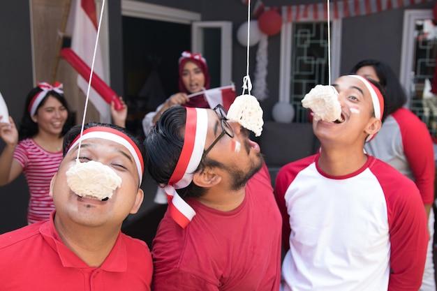 Indonezyjscy krakersy jedzą konkurencję