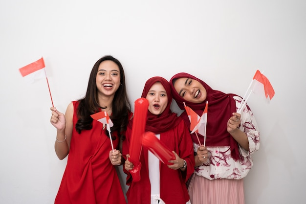 Indonezyjska kobieta świętuje dzień niepodległości z flaga