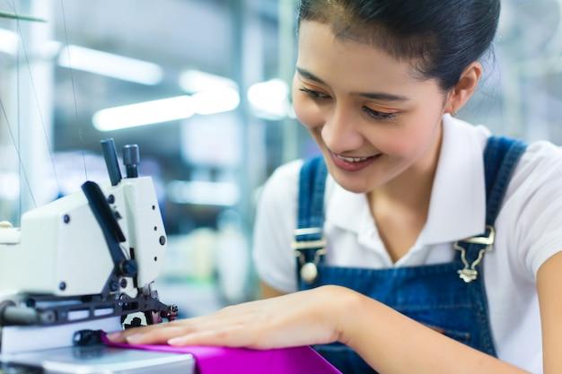Indonezyjska krawcowa w fabryce włókienniczej