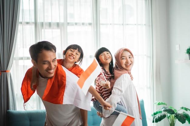Indonezyjska rodzina muzułmańska świętująca dzień niepodległości w domu z dziećmi