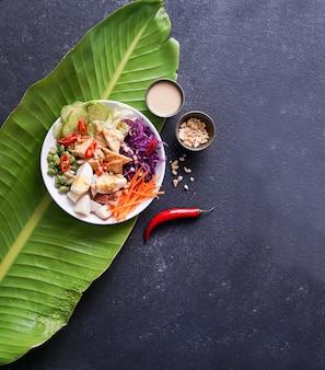 Indonezyjska świeża pikantna sałatka gado gado z sosem orzechowym