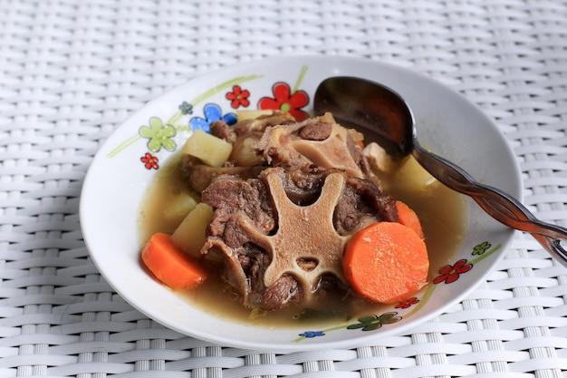 Indonezyjska zupa ogonowa lub sop buntut