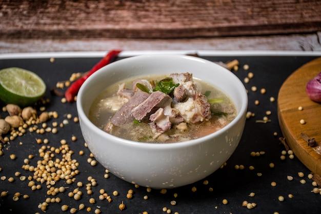 Indonezyjska zupa z kozy z pomidorami seler zielona cebula imbir orzech laskowy i liście limonki