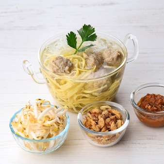 Indonezyjski klops baso bandung żółty makaron z sosem sojowym i posypką chili