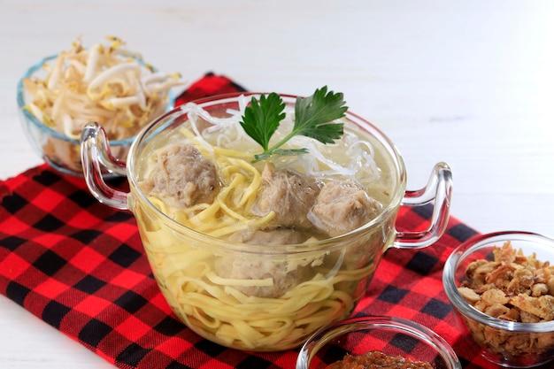 Indonezyjski klops baso bandung żółty makaron z sosem sojowym i sosem chili
