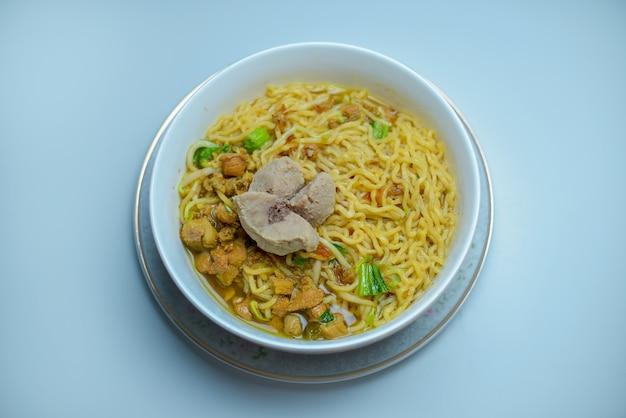 Indonezyjskie jedzenie makaron mie ayam bakso z kurczakiem i podawane z klopsikami