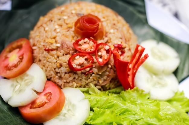 Indonezyjskie jedzenie nasi goreng smażony ryż