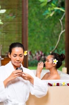 Indonezyjskie kobiety posiadające kąpiel wellness picie herbaty