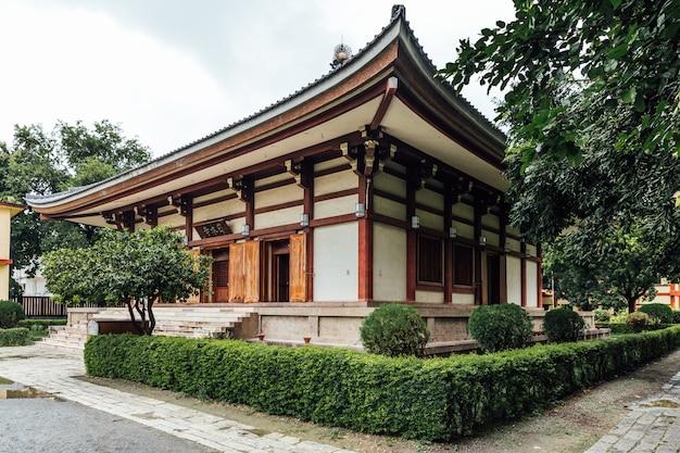 Indosan nippon japanese temple w bodh gaya, bihar, indie.