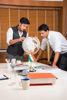 Indyjscy ludzie biznesu lub kultura korporacyjna i praca w biurze, patrząc na kulę ziemską model 3d