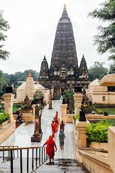Indyjscy ludzie chodzą boso do świątyni mahabodhi, aby się modlić i pielgrzymować.