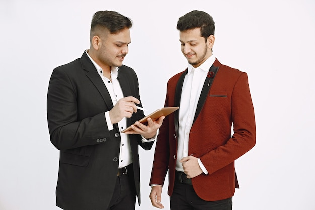 Indyjscy menedżerowie pracujący nad projektem. mężczyzna z tabletem pokazuje coś swojemu koledze.