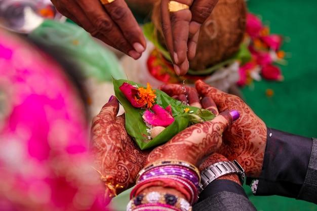 Indyjska ceremonia ślubna państwo młodzi ręka