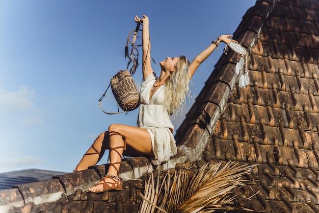Indyjska dziewczyna na dachu. łapacze snów. piękna blondynka z łapaczami marzeń.