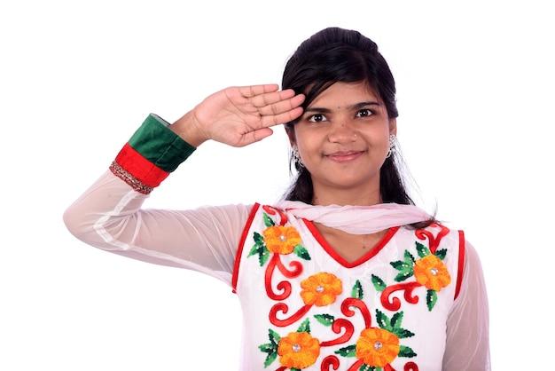 Indyjska dziewczyna stojąc i pozdrawiając. dziewczyna w wyrazie salutu. dzień niepodległości, dzień republiki indii