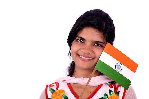 Indyjska dziewczyna stojąca z indyjską flagą lub tricolor na białym tle