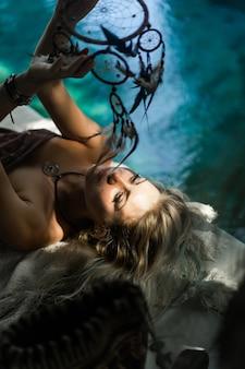 Indyjska dziewczyna w domu. łapacze snów. piękna blondynka z łapaczami marzeń.