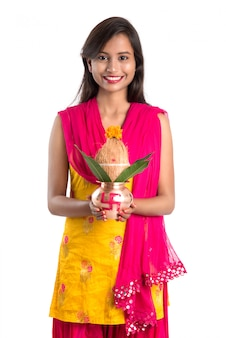 Indyjska dziewczynka trzymająca tradycyjną miedzianą kalashę, festiwal indyjski, miedzianą kalashę z kokosem i liściem mango z kwiatową dekoracją, niezbędna w hinduskiej pooja.