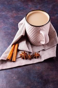 Indyjska herbata masala chai z przyprawami na kubku