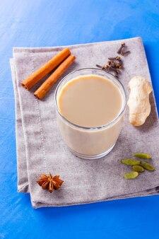 Indyjska herbata masala chai z przyprawami w filiżance