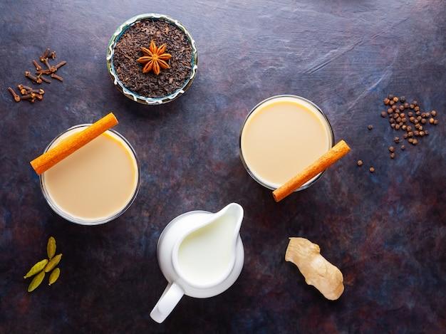 Indyjska herbata masala chai z przyprawami w filiżankach