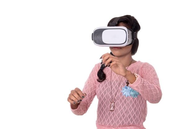 Indyjska młoda dziewczyna patrząc przez urządzenie vr, zestaw słuchawkowy 3d virtual reality glasses, dziewczyna z nowoczesną technologią obrazowania przyszłości.