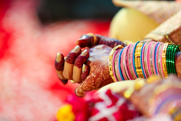 Indyjska para bierze udział w ceremonii ślubnej satphera w hinduizmie