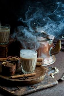 Indyjska pikantna herbata masala, gorący i pyszny tradycyjny napój herbaciany