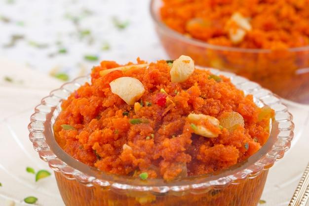 Indyjska popularna słodka żywność marchewka halwa