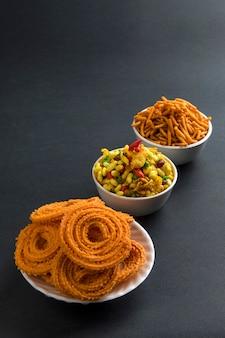Indyjska przekąska: chakli, chakali lub murukku i besan (mąka gram) sev i chivada lub chiwada. diwali food