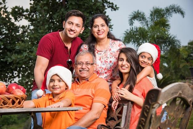 Indyjska rodzina świętująca boże narodzenie i pozująca do zdjęcia grupowego