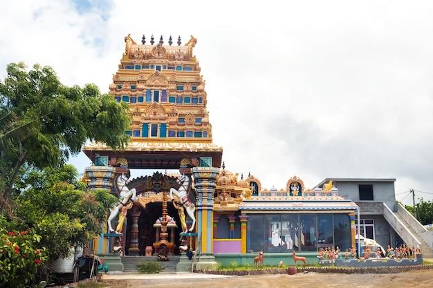 Indyjska świątynia na wyspie mauritius na oceanie indyjskim