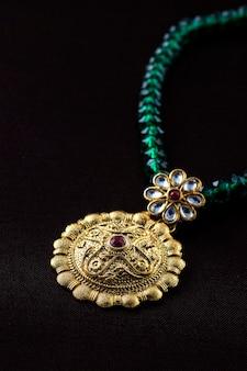 Indyjska tradycyjna biżuteria, bliska wiszący