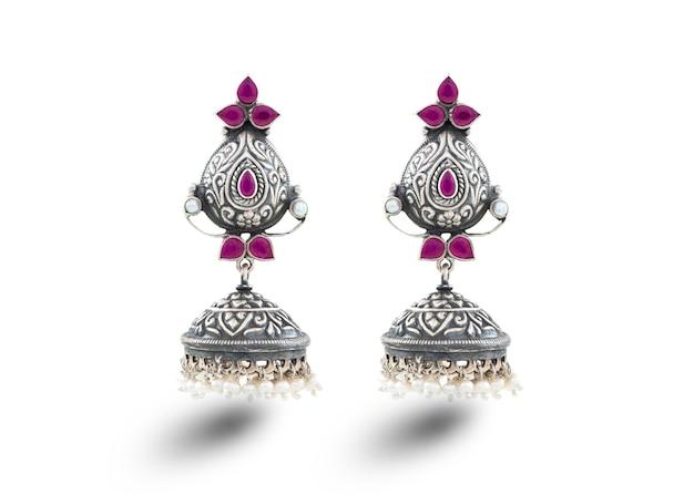 Indyjska tradycyjna biżuteria jhumar lub jhumki noszą wiejską kobietę w wiosce indyjskiej na festiwalu kulturalnym