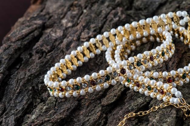 Indyjska tradycyjna biżuteria na drewnianym