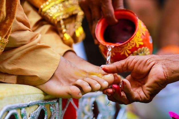 Indyjska tradycyjna ceremonia ślubna haldi