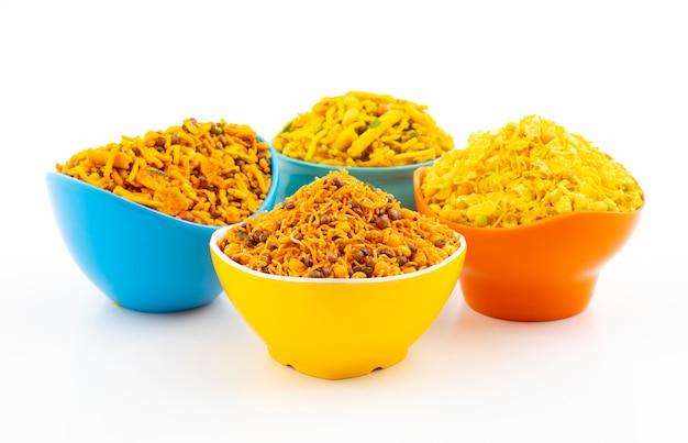 Indyjska tradycyjna kolekcja żywności namkeen na białym tle