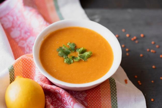 Indyjska tradycyjna zupa z cytryną
