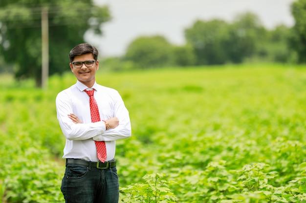 Indyjski agronom w polu bawełny