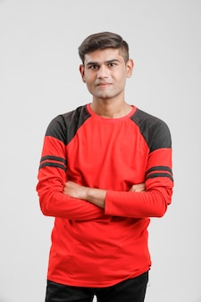 Indyjski / azjatycki mężczyzna w czerwonej koszulce i pokazujący wiele wypowiedzi na białym