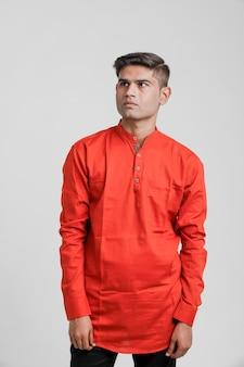 Indyjski / azjatycki mężczyzna w czerwonej koszuli i pokazano wiele wypowiedzi na białym