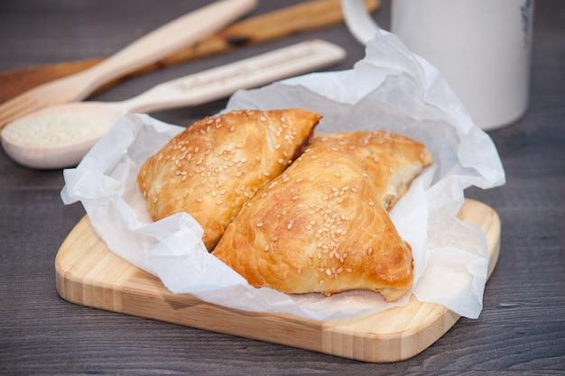 Indyjski, azjatyckie jedzenie pyszne samsa lub samoses na drewnianym tle.