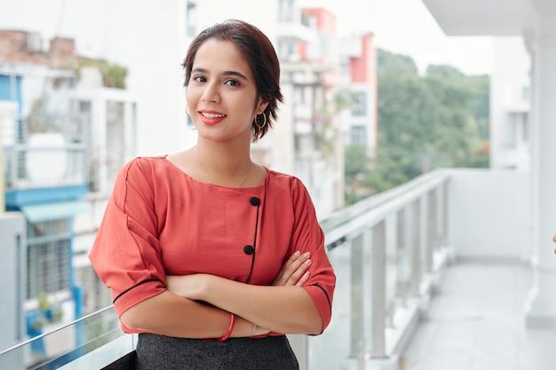 Indyjski bizneswoman stojący na zewnątrz
